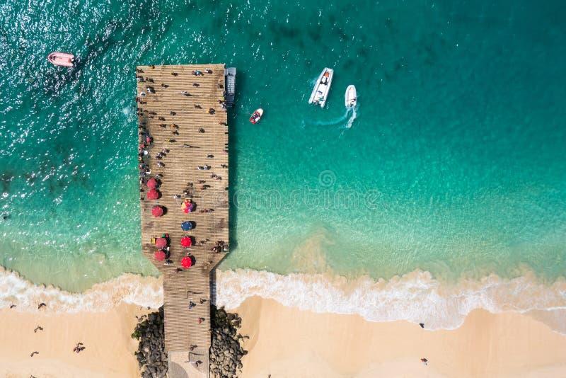 Vista aerea del pontone della spiaggia di Santa Maria nel capo Verd dell'isola del sal fotografia stock libera da diritti