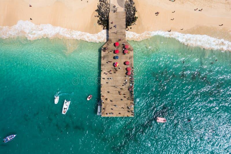 Vista aerea del pontone della spiaggia di Santa Maria nel capo Verd dell'isola del sal fotografie stock