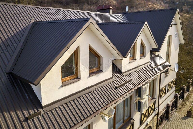 Vista aerea del primo piano delle stanze di costruzione della soffitta esteriori sul tetto dell'assicella del metallo, sulle pare immagine stock libera da diritti
