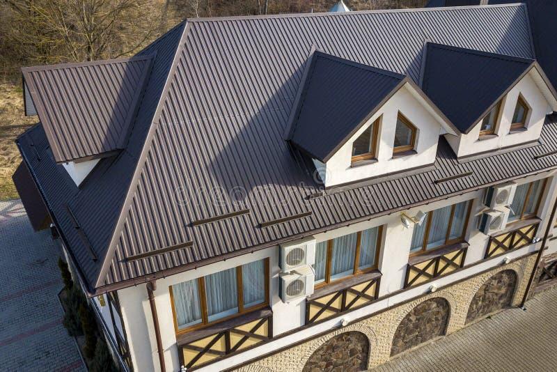 Vista aerea del primo piano delle stanze di costruzione della soffitta esteriori sul tetto dell'assicella del metallo, sulle pare fotografia stock