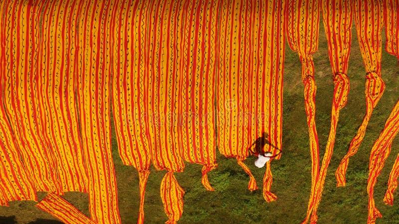 Vista aerea del processo di essiccazione del tessuto del batik fotografie stock libere da diritti
