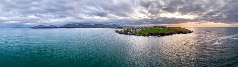 Vista aerea del punto capo- del modo atlantico selvaggio, contea Sligo, Irlanda della firma di Mullaghmore fotografia stock