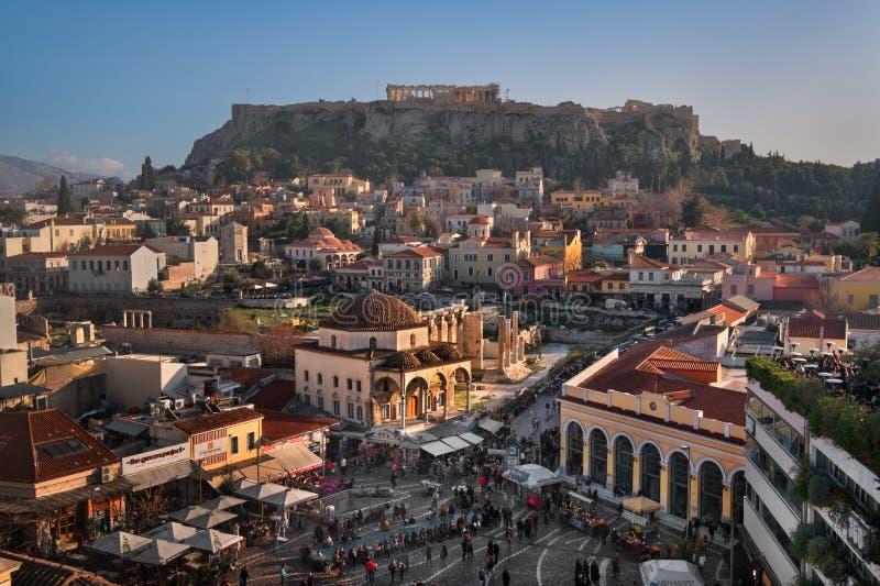 Vista aerea del quadrato e dell'acropoli di Monastiraki nella sera, immagini stock