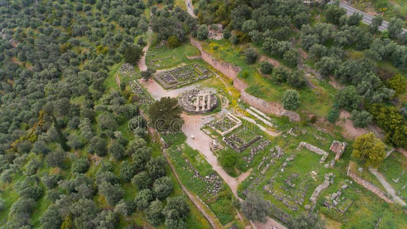 Vista aerea del sito archeologico di Delfi antica, sito del tempio di Apollo e di Oracle, Grecia fotografia stock libera da diritti