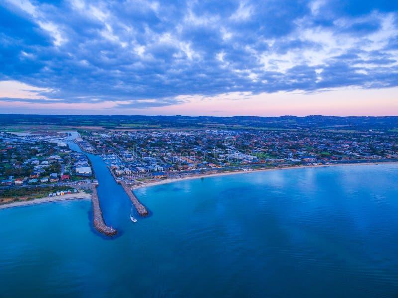 Vista aerea del sobborgo di Dromana sulla penisola di Mornington al crepuscolo M. immagini stock libere da diritti