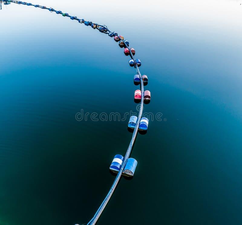 Vista aerea del tubo blu con i barilotti sul lago immagini stock libere da diritti