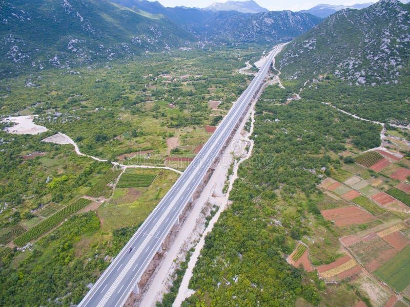 Vista aerea del viadotto sull'autostrada fotografie stock libere da diritti