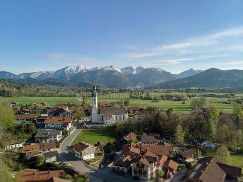 Vista aerea del villaggio bavarese nel bello paesaggio vicino alle alpi fotografia stock