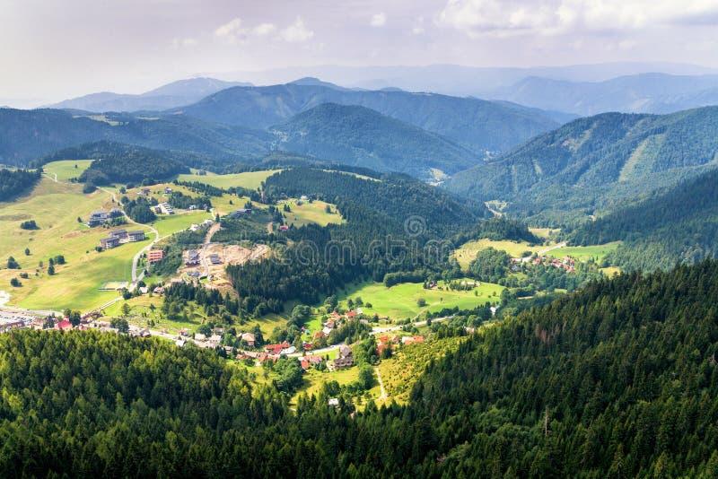 Vista aerea del villaggio di Donovaly circondata con le montagne, Slova immagine stock libera da diritti