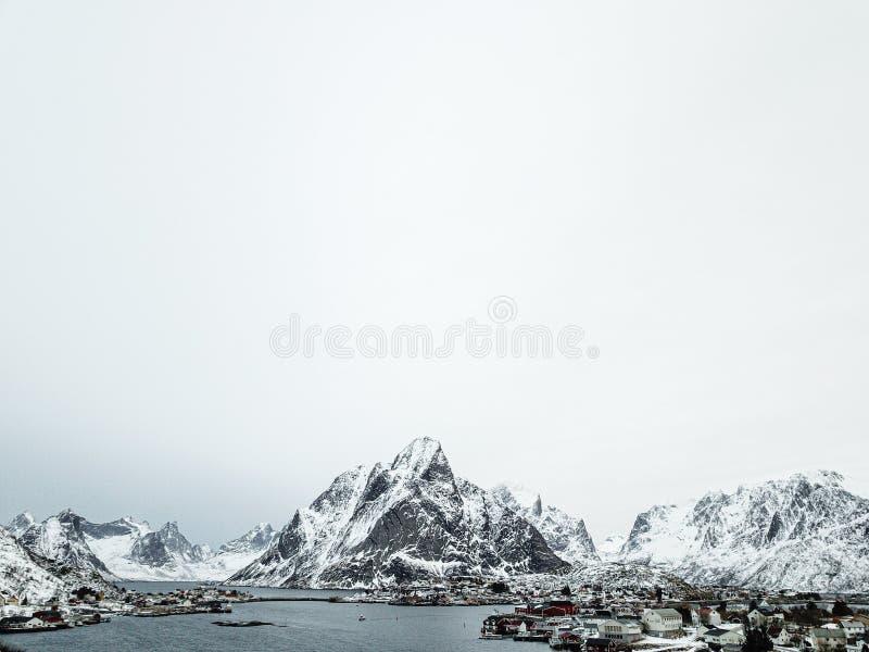 Vista aerea del villaggio di Reine, isola di Lofoten, Norvegia nella stagione invernale immagini stock libere da diritti