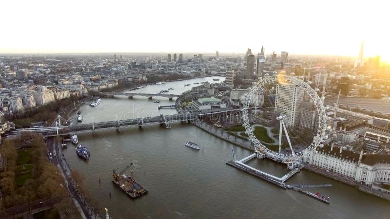 Vista aerea dell'angolo alto della ruota dell'occhio di Londra, il Tamigi immagine stock libera da diritti