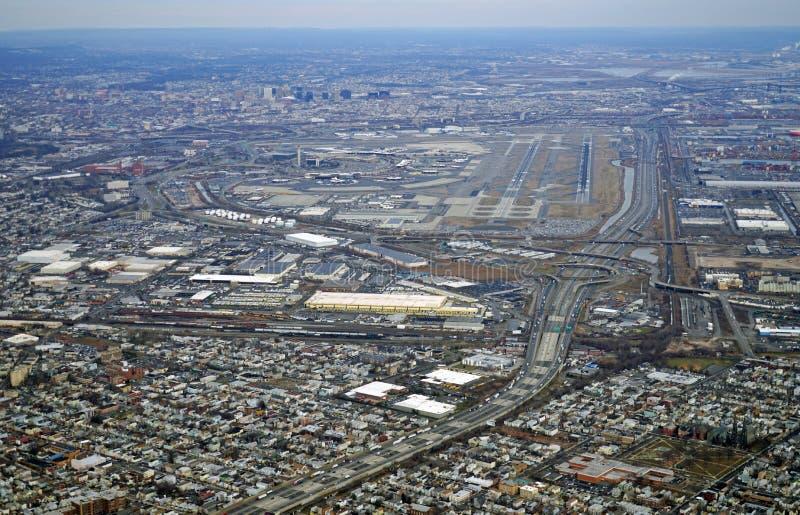 Vista aerea dell'autostrada del New Jersey e di Newark Liberty International Airport fotografia stock libera da diritti