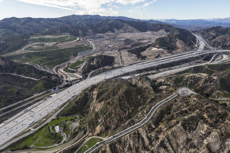 Vista aerea dell'autostrada senza pedaggio del Golden State 5 nel passaggio di Newhall nel Los fotografie stock libere da diritti