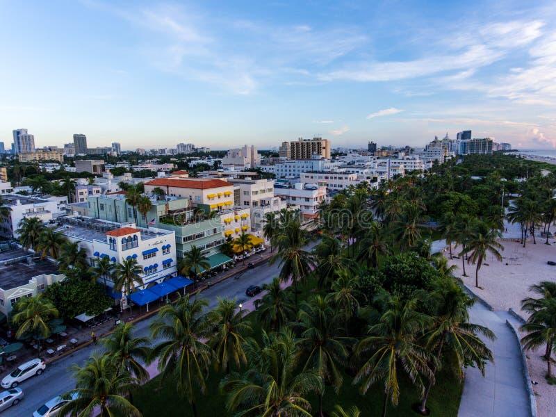 Vista aerea dell'azionamento illuminato dell'oceano e della spiaggia del sud, Miami, Florida, U.S.A. immagine stock