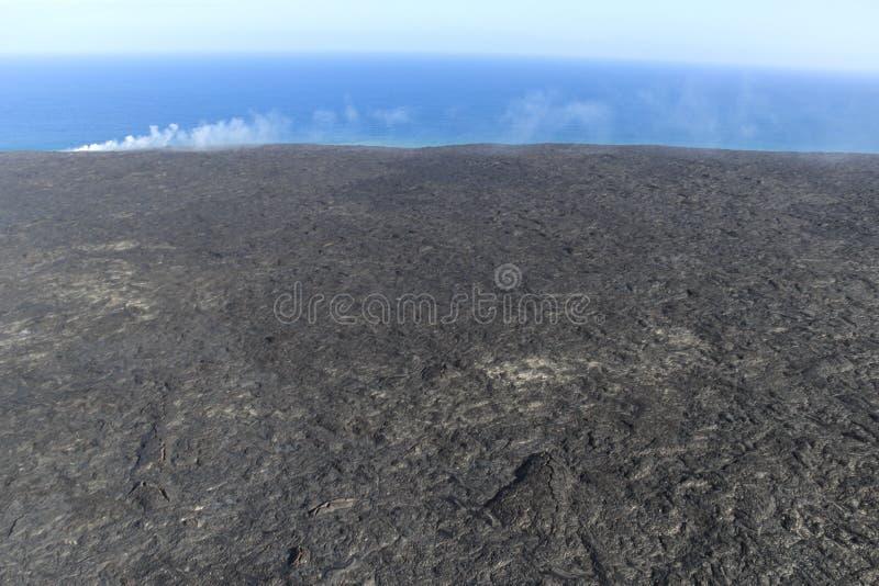 Vista aerea dell'elicottero di lava che entra nell'oceano e nel vapore, grande isola, Hawai fotografia stock libera da diritti