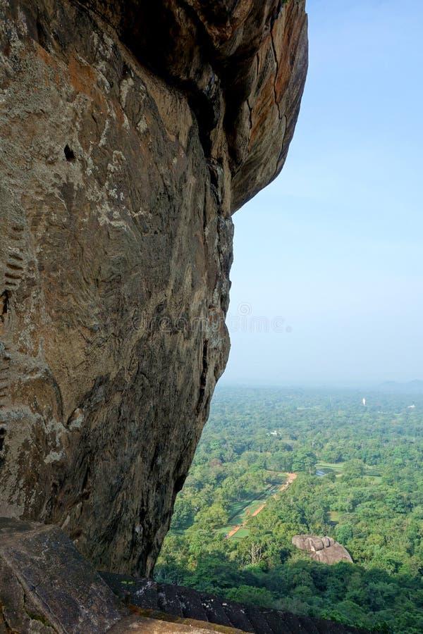 Vista aerea dell'entrata a Sigiriya dal lato della roccia fotografia stock libera da diritti