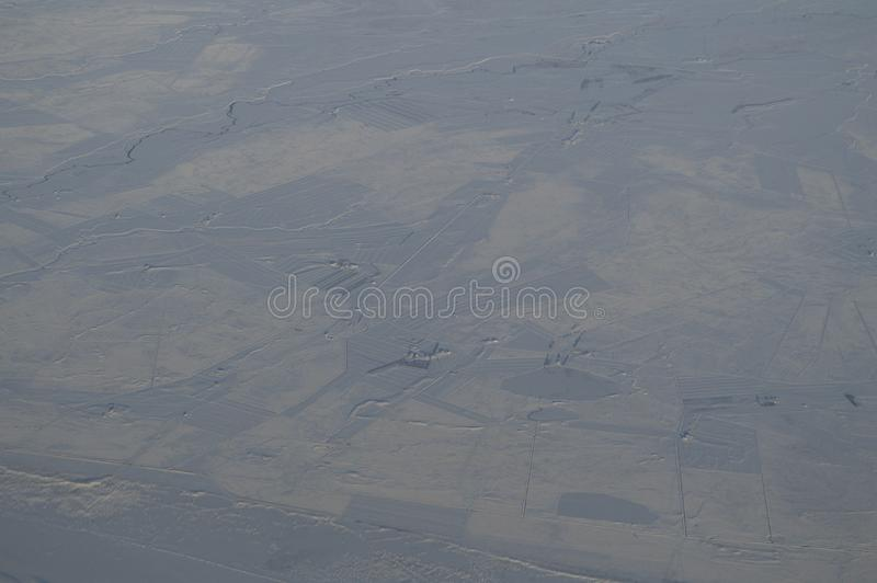 Vista aerea dell'Islanda con la città veduta dall'aereo in volo immagini stock libere da diritti
