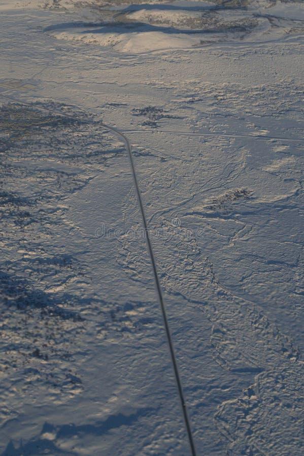 Vista aerea dell'Islanda con una strada veduta dall'aereo in volo fotografia stock libera da diritti