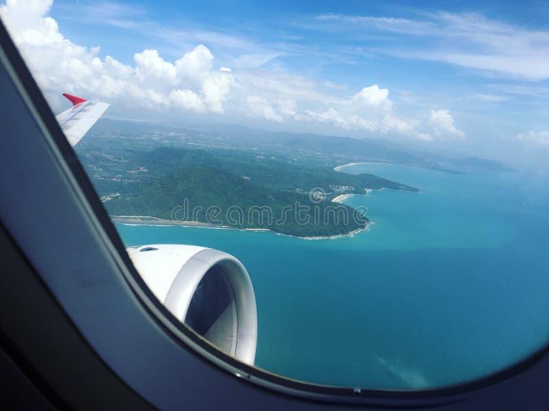 Vista aerea dell'isola del mare dall'aeroplano fotografia stock libera da diritti