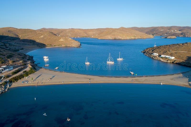 Vista aerea dell'isola di Kythnos in spiaggia del lato del doppio della Grecia fotografia stock