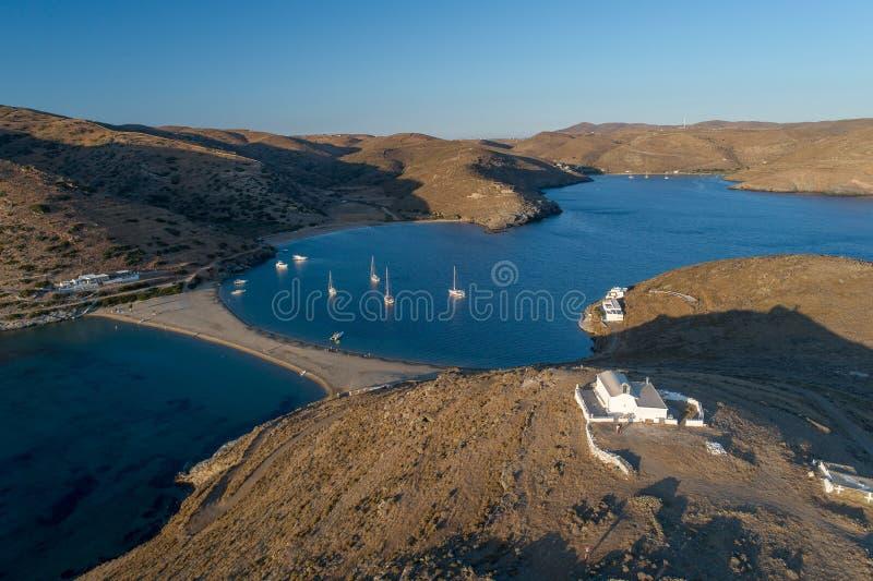 Vista aerea dell'isola di Kythnos in spiaggia del lato del doppio della Grecia immagini stock