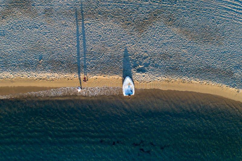Vista aerea dell'isola di Kythnos in spiaggia del lato del doppio della Grecia immagini stock libere da diritti
