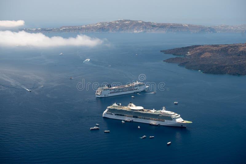 Vista aerea dell'isola di Santorini dal fuco nell'ora legale fotografie stock libere da diritti