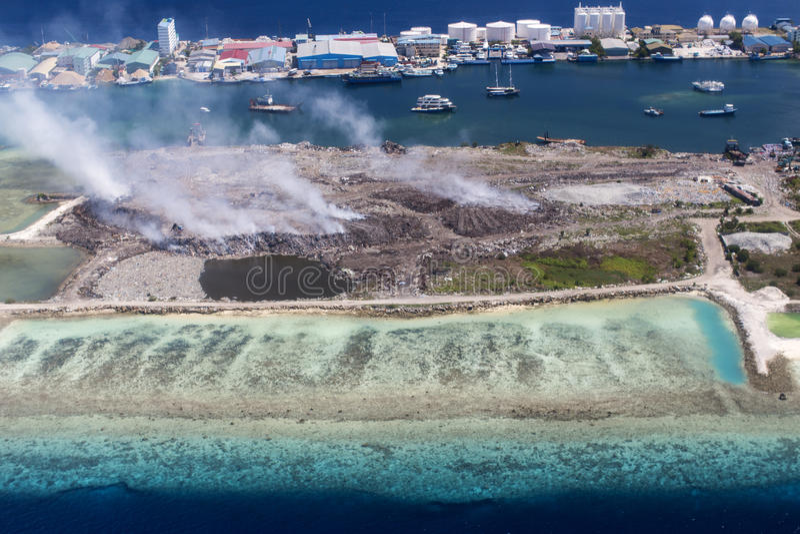 Vista aerea dell'isola di Thilafushi, zona industriale, atollo maschio del nord, Maldive immagine stock