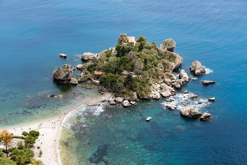 Vista aerea dell'isola e della spiaggia in Taormina, Sicilia, Italia immagine stock libera da diritti