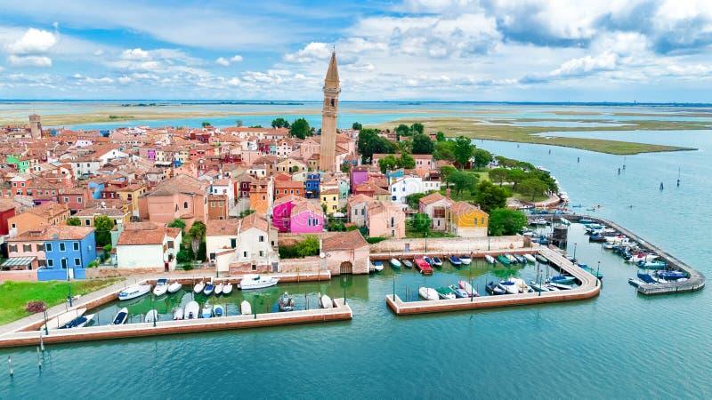 Vista aerea dell'isola variopinta di Burano nel mare veneziano della laguna da sopra, l'Italia fotografia stock
