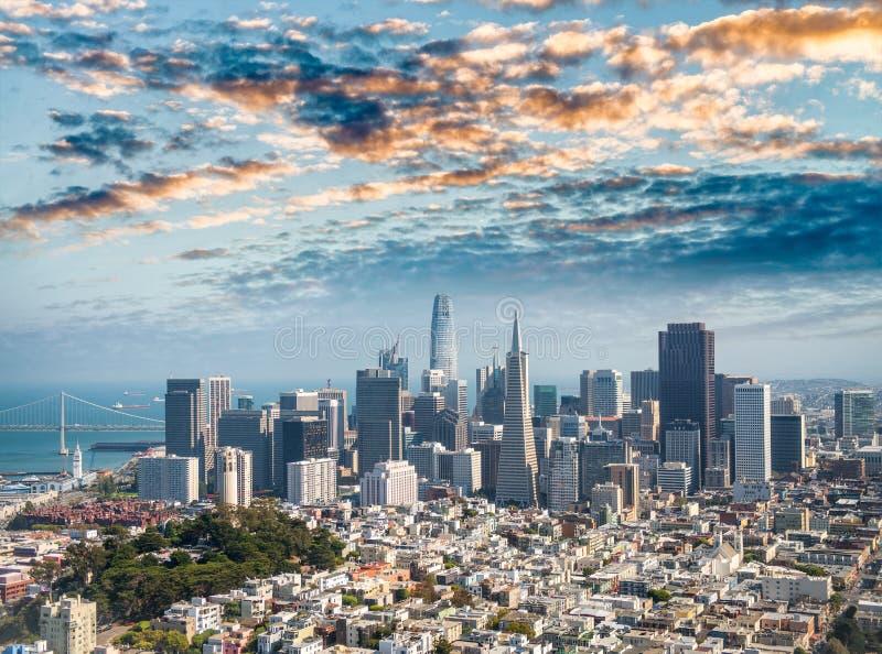 Vista aerea dell'orizzonte del centro di San Francisco dall'elicottero, C fotografia stock libera da diritti