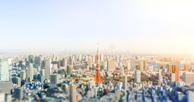 Vista aerea dell'orizzonte della città a Tokyo, Giappone con effetto miniatura della sfuocatura dello spostamento di inclinazione fotografie stock libere da diritti