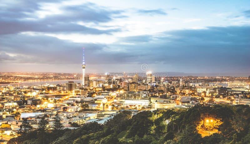 Vista aerea dell'orizzonte di Auckland dal supporto l'Eden dopo il tramonto durante l'ora blu - città moderna della Nuova Zelanda immagini stock