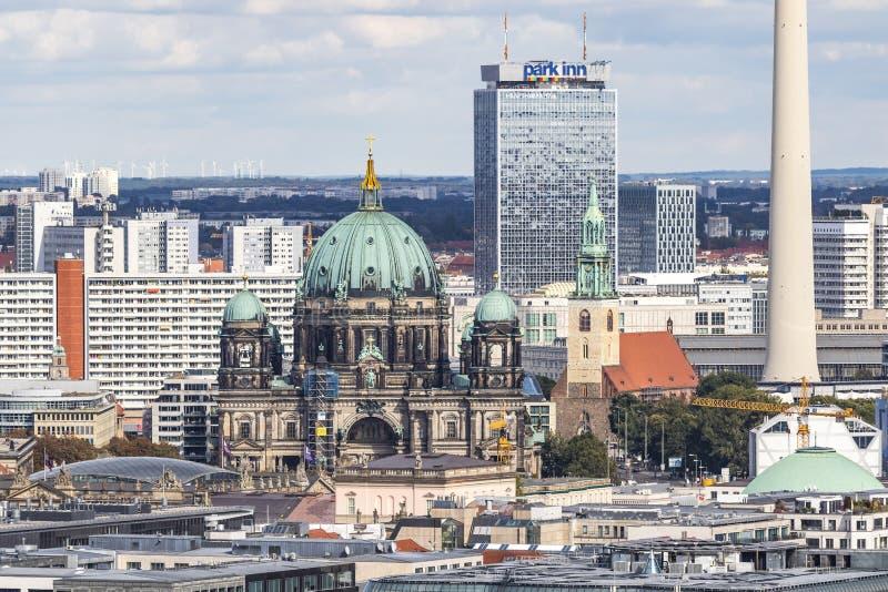 Vista aerea dell'orizzonte di Berlino con la torre famosa della TV ed i DOM berlinesi, Germania fotografia stock