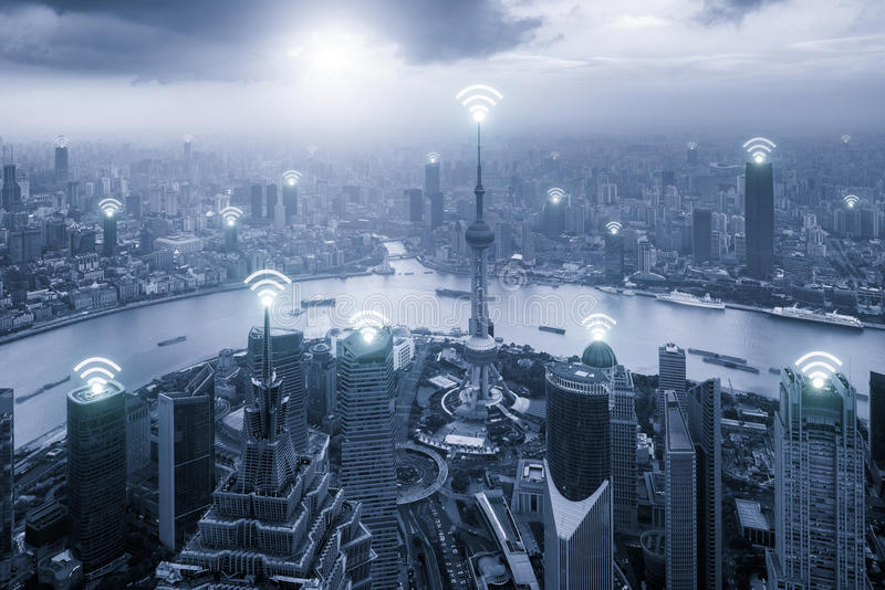 Vista aerea dell'orizzonte di Shanghai con la connessione di rete di Wifi fotografia stock libera da diritti