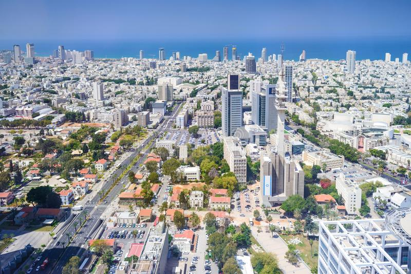Vista aerea dell'orizzonte di Tel Aviv con i grattacieli ed il cielo blu urbani, Israele fotografia stock
