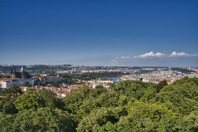 Vista aerea dell'orizzonte di vecchia città di Praga e degli alberi rossi Praga, repubblica Ceca fotografie stock
