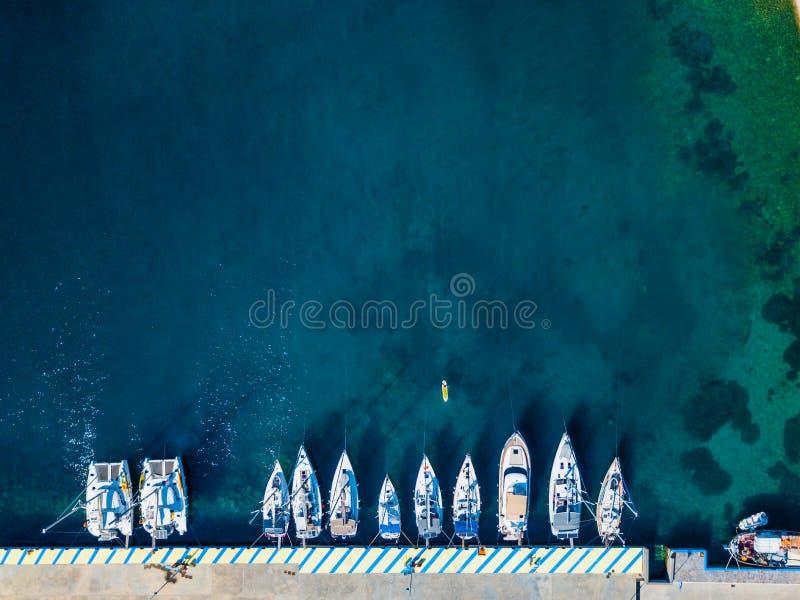 Vista aerea della barca di galleggiamento sull'acqua trasparente del turchese al giorno soleggiato Vista sul mare di estate da ar fotografia stock libera da diritti