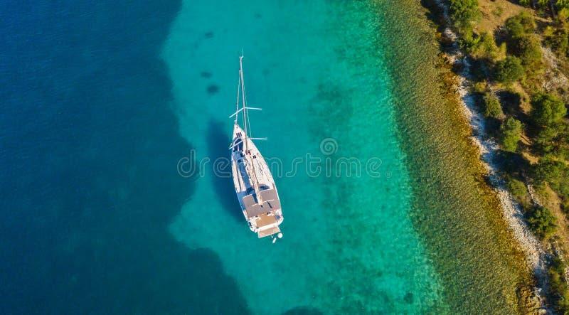Vista aerea della barca a vela che si ancora accanto alla scogliera immagini stock libere da diritti