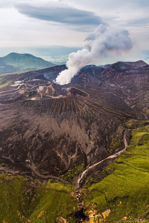 Vista aerea della caldera del vulcano del Monte Aso in Kumamoto, Kyushu immagini stock libere da diritti