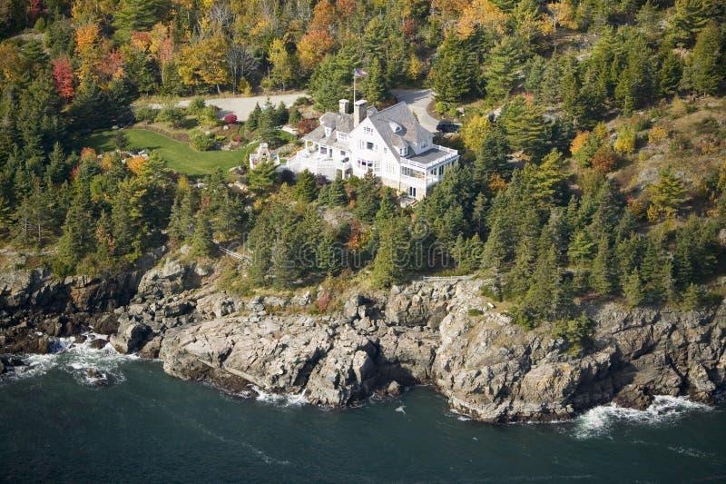 Vista aerea della casa oceano-anteriore all'acadia parco nazionale, Maine fotografia stock libera da diritti