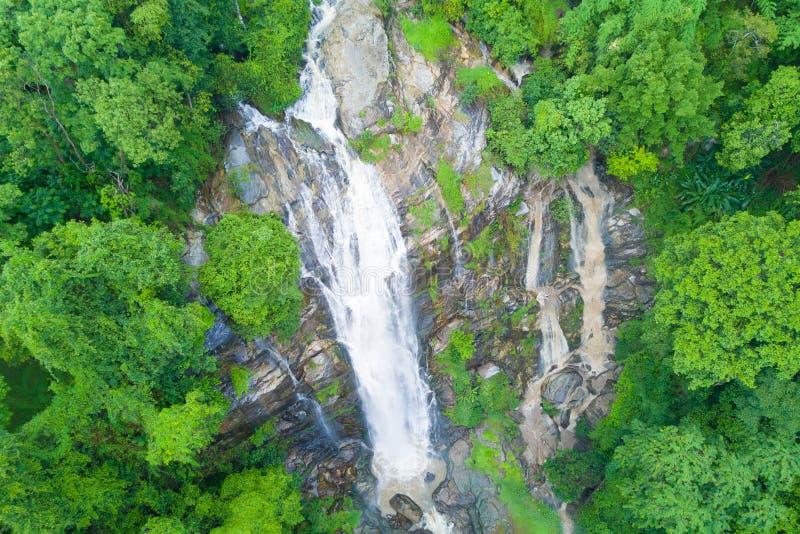 Vista aerea della cascata di Wachirathan nella stagione delle pioggie a Doi Inth fotografia stock libera da diritti