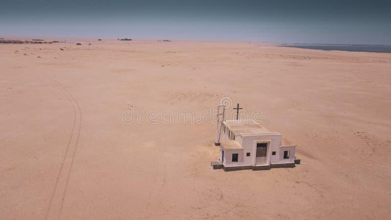 Vista aerea della chiesa abbandonata nel deserto di Namibe l'angola fotografie stock libere da diritti