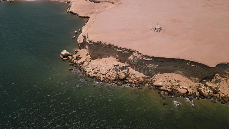 Vista aerea della chiesa abbandonata nel deserto di Namibe l'angola fotografia stock libera da diritti