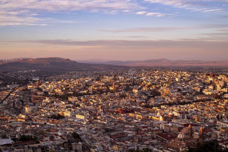 Vista aerea della città coloniale di Zacatecas al tramonto da La Bufa immagine stock libera da diritti