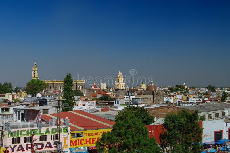 Vista aerea della città di Cholula con il convento di San Gabriel a backg fotografie stock