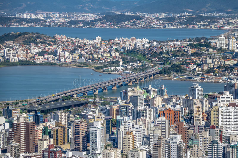 Vista aerea della città di Dowtown Florianopolis e Pedro Ivo Campos Bridge - Florianopolis, Santa Catarina, Brasile immagine stock libera da diritti