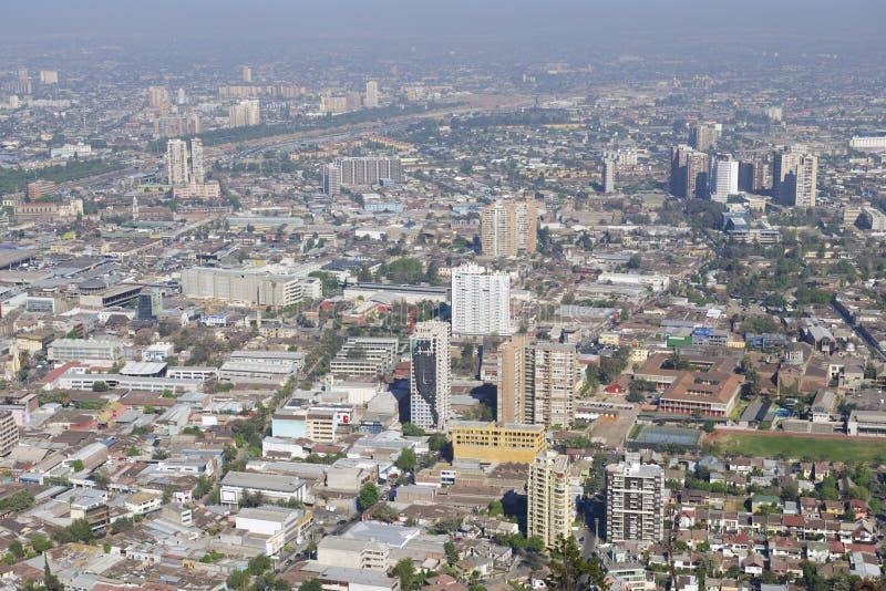 Vista aerea della città di Santiago con lo smog blu dal San Cristobal Hill, Santiago, Cile immagine stock