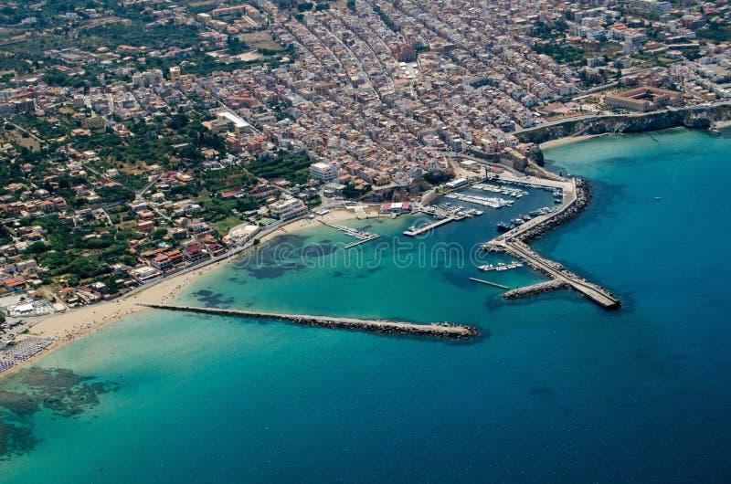 Vista aerea della città di Terrasini, Palermo, Sicilia fotografia stock libera da diritti