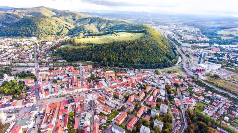 Vista aerea della città slovacca Banska Bystrica circondato dalle colline fotografia stock